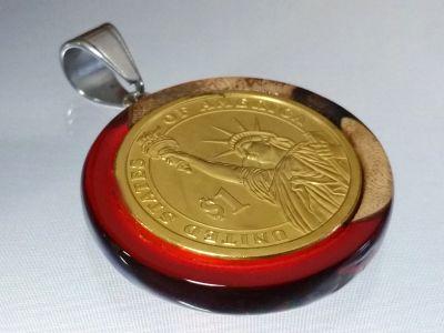 Anhänger aus Rebholz in rot- transparentem Kunstharz mit 1 Dollar Münze Liberty vergoldet